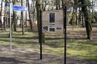 Schild 'Christian-Bachmann-Platz' und erklärende Gedenktafel