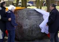 Enthüllung des Gedenksteines durch die gebürtige Messenthinerin Kristin Maronn und den Bürgermeister