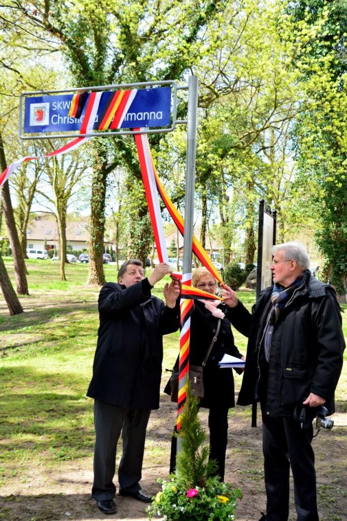 Enthüllung des Straßenschildes mit dem diese Stelle nach dem Stettinn-Messenthiner Fotografen Christiam Bachhmnann benannt ist durch Bürgermeister Wladyslaw Diakun und Peter Teuthorn am 22. April 2016